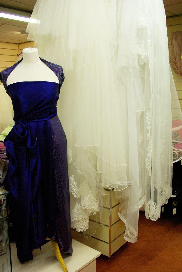 Mannequin habillé de soie et de polyester pailleté.  Tissus disponible au mètre dans votre rayon Couture & Haute Couture.