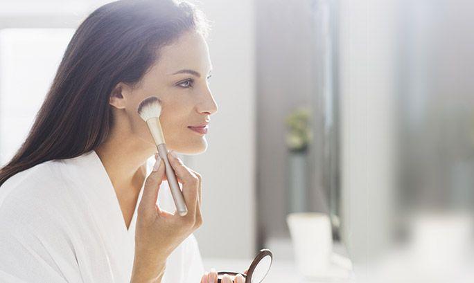 Se deseja maçãs do rosto bem esculpidas, mas não foi naturalmente dotada com o rosto perfeito, não se preocupe! Damos-lhe a conhecer algumas técnicas simples de contouring que pode aplicar para definir e realçar subtilmente o seu rosto em segundos – conheça-os.