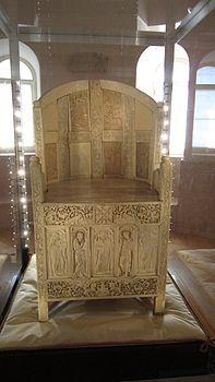 Vista frontale della cattedra vescovile di Massimiano, 546-554 circa, realizzato in legno rivestito di pannelli di avorio. Ravenna, Museo Arcivescovile