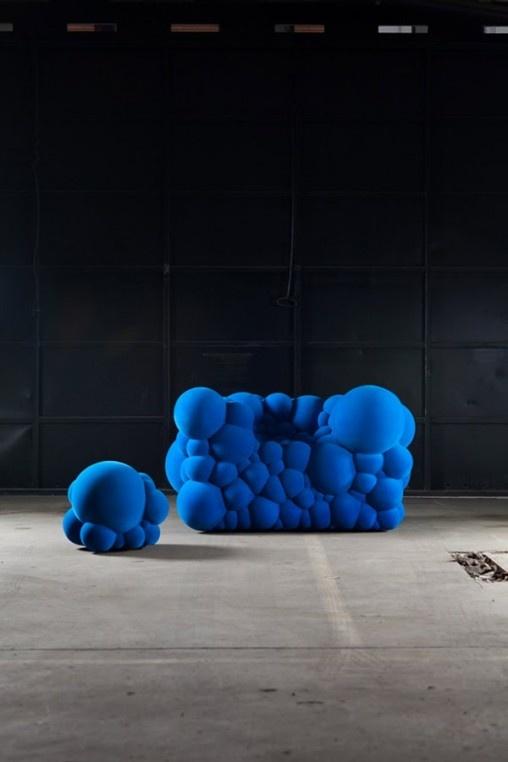 As peças de Maarten de Ceulaer carregam em sua essência a transformação. Para ele, os sofás, cadeiras e puffs parecem uma mutação em células, o resultado de uma reação nuclear, ou até um vírus que tenha crescido drasticamente. Tudo depende da interpretação.