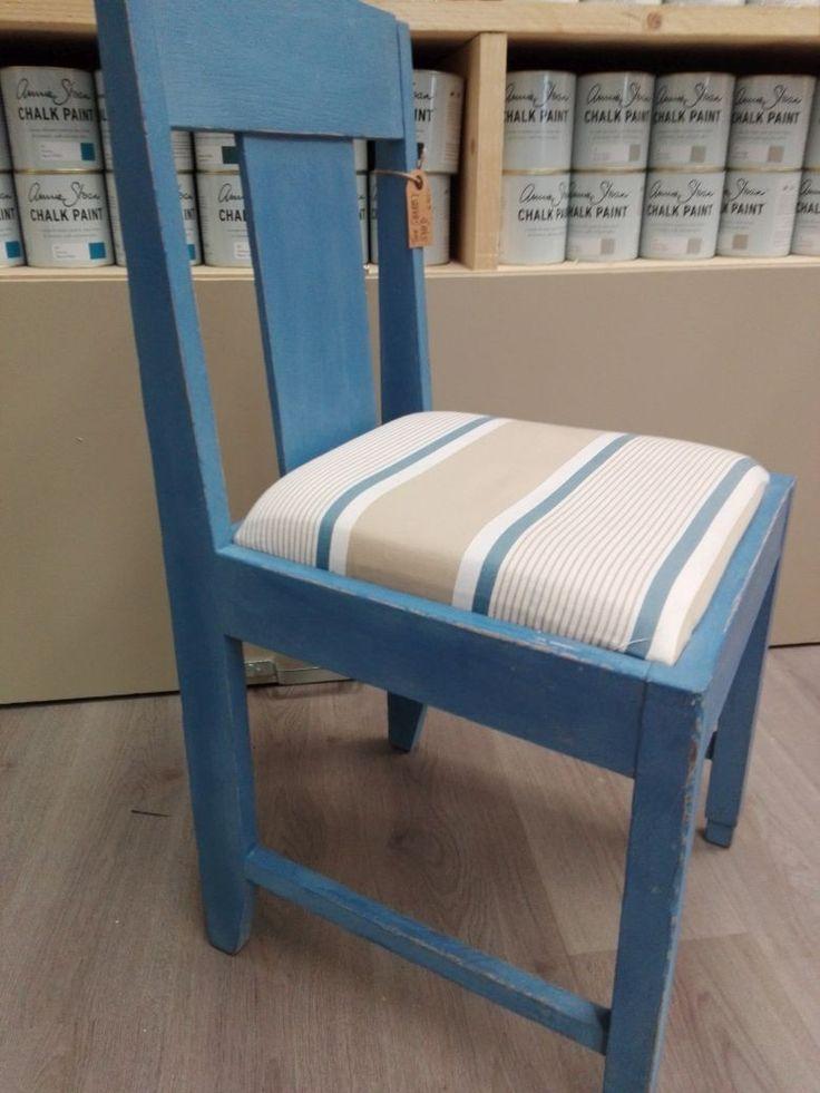 Stoel Annie Sloan Chalk Paint Greek Blue. De zitting hoogte is 48 cm. De stoel is bekleed met Annie Sloan Fabrics Granville.