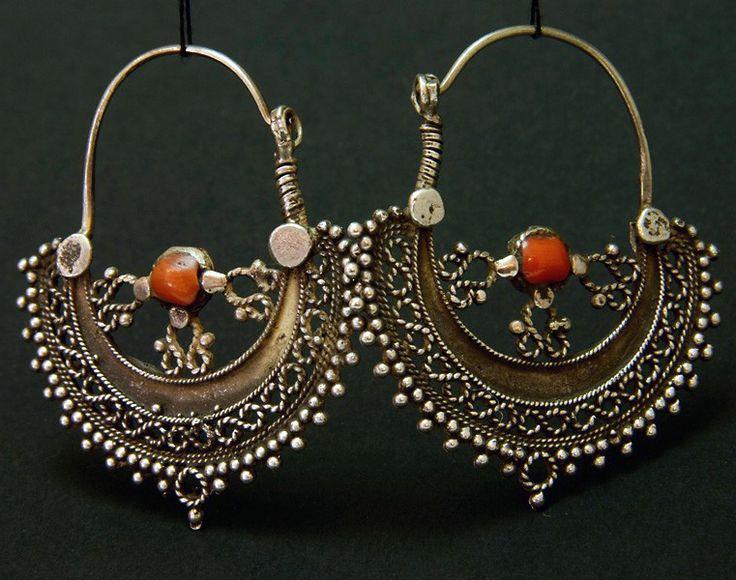 Afghanistan | Silver and coral hoop earrings from the Hazara people | ca. mid 1900s | 79€