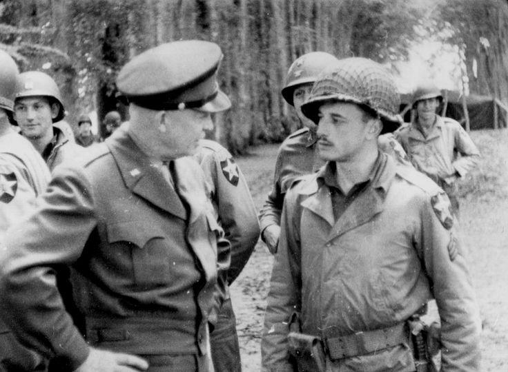 https://flic.kr/p/PkVwbC | p000909 | Le général Dwight Eisenhower discute avec un sergeant de la 2nd Infantry Div. US. Il s'agit de son cousin le Sgt G. C. Etherington d'Abilene, Kansas. Photo parue le 5 juillet 1944 dans le Miami News: www.flickr.com/photos/mlq/9374686671/ D'autres soldats de la même unité en arrière plan, paysage boisé. Il s'agit de la visite d'Eisenhower et de Bradley au QG de la 2nd US ID le 2 juillet. voir des images d'un film ici: www.flickr.com/photos/mlq/3800095575…