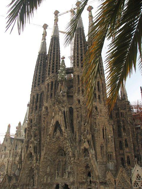 Qui ne rêve pas de visiter Barcelone un jour? Cette ville regorge d'attractions artistiques, culturelles et historiques et même quelques-unes que l'on pourrait qualifier d'insolites! Je n'ai pu y passer qu'une semaine, mais vous trouverez ci-dessous mon avis sur le Top 5 à ne pas rater dans cette métropole espagnole. La Barceloneta et le port Vell La Barceloneta est avant tout un quartier, mais le nom fait également référence à la petite Barcelone, la plage qui se situe à quelques pas du…