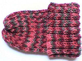 Touca feita em tear de pregos ( ou tear de tricô). Receita de como fazer: <http://bellacroch.blogspot.com.br/2010/11/pap-de-touca-feita-no-tear-de-trico.html>