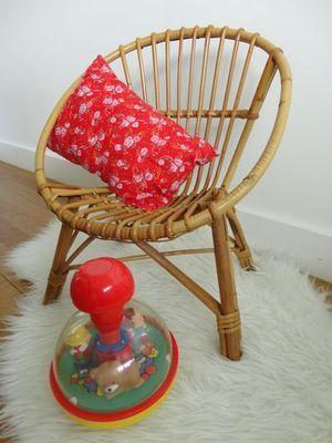 Laissez-vous charmer par cet adorable fauteuil pour enfant en rotin des années 50, en très bon état. Retrouvez l'ensemble de nos chaises et fauteuils vintage pour enfant sur Bambin-Vintage.