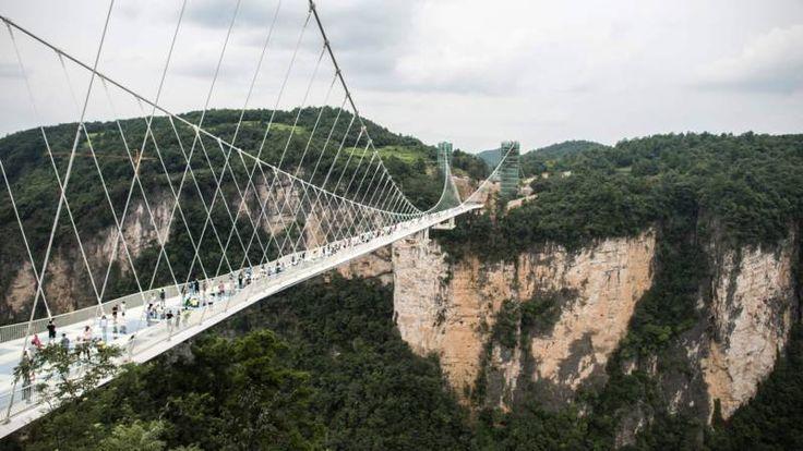 De Zhangjiajie Grand Canyon Glass Bridge is een ware uitdaging voor mensen met hoogtevrees, de 430 meter lange constructie hangt maar liefst 300 meter boven de grond.