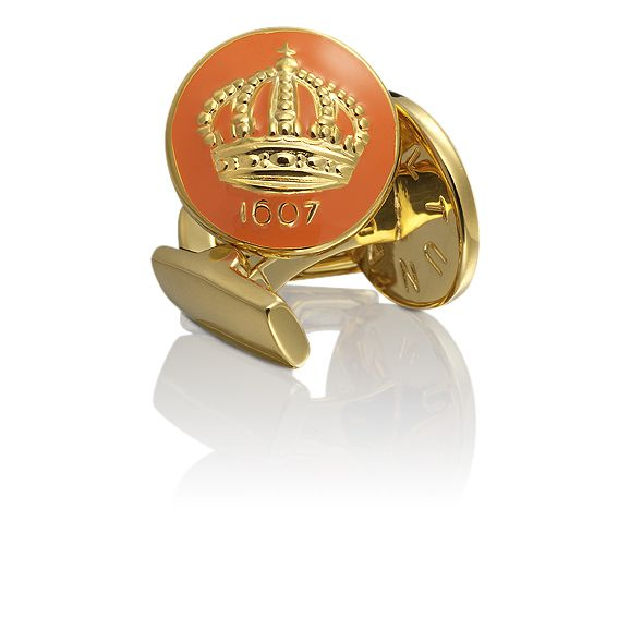 Ikoniska manschettknappar från Skultuna som pryds av en vacker krona i färgen orange och guld. Grundaren för Skultuna, Kung Karl IX av Sverige skapade dessa år 1607 och är idag en av de populäraste manschettknapparna i Sverige. De är av guldpläterad mässing. Storlek: 17 mm