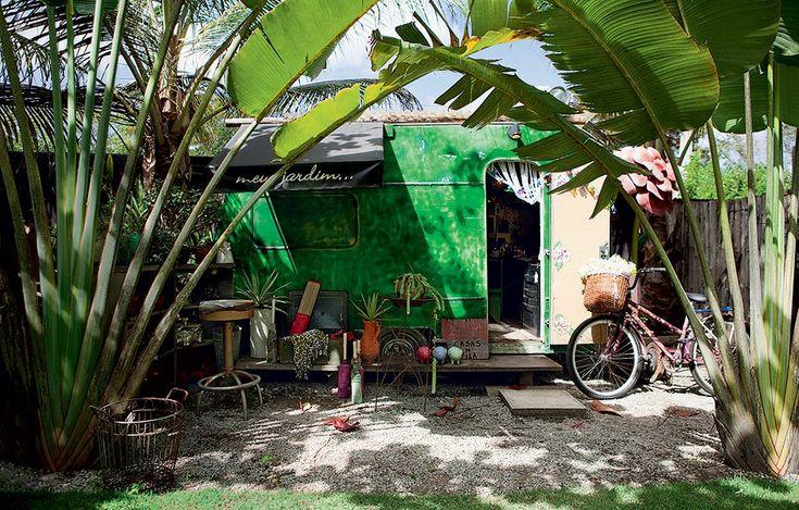 Comprado em leilão, o trailer metálico recebeu limpeza, adaptações elétricas, decoração sem regras e hoje é o xodó de sua proprietária, a fl...