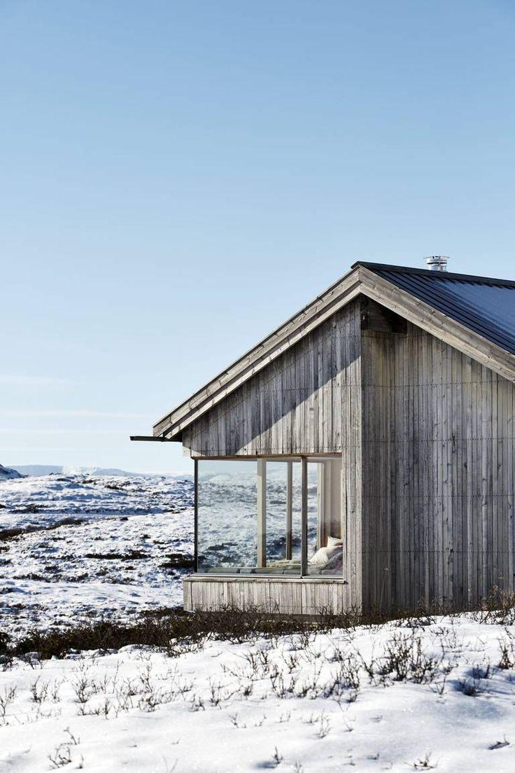 Hytte i Ål ved Vesle Bergsjø, 1100 moh. Arkitekt er Torbjørn Tryti. Dette er hans første hytteprosjekt. Kledningen både utvendig og innvendig er i osp.