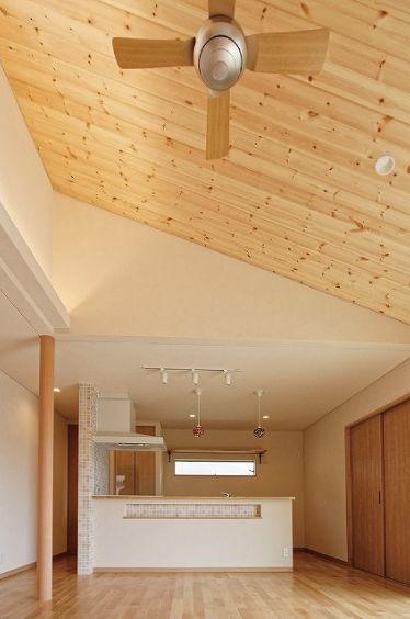 リビング部分の天井は板張りの勾配天井となり間接照明、 ダウンライトなどスッキリとまとまっております。 キッチンカウンター部分にはモザイクタイルを使用した横長のニッチが造られております。|インテリア|ダイニング|ナチュラル|キッチン|吹き抜け|タイル|飾り棚|シーリングファン|