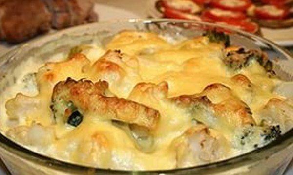 Цветная капуста, запеченная под соусом - это очень аппетитное овощное блюдо из цветной капусты и брокколи, запеченных под молочным соусом и сливочным сыром.