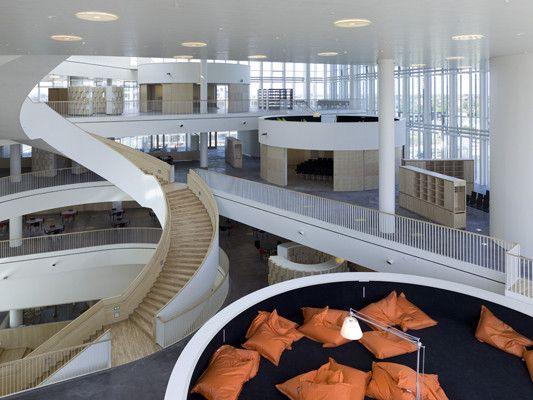 Fließende Räume, schwebende Ruheinseln und geschwungene Treppen