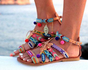 Sandalias de cuero griega hecha a mano por encargo.  Cordones de cuero para sutura manual de sandalias con pulseras de la amistad y pompones en los clásicos de tiempo todos blancos y negros. Están decoradas con perlas, piedras de semipricious y borlas.  El diseño de sandalias Tahitian negro se basa en la famosa perla negra de Tahití que se encuentran en mares tropicales en el Océano Pacífico.  tamaños disponibles EU____..... 35... 36... 37... 38... 39... 40... 41... 42 U.K…