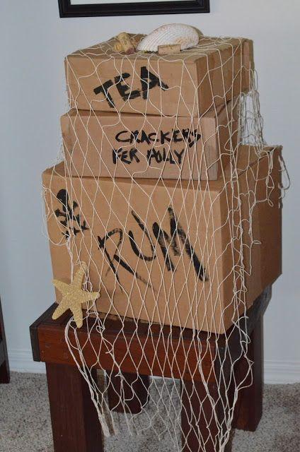 """Superschnelle & einfache Deko für die Piratenparty! Kartons, Netze und Muscheln - und einen schwarzen Filzstift - Kann man auch gut in der ersten halben Stunde selber machen mit den Gästen , so als """"Warming-Up""""! #Piraten Party"""