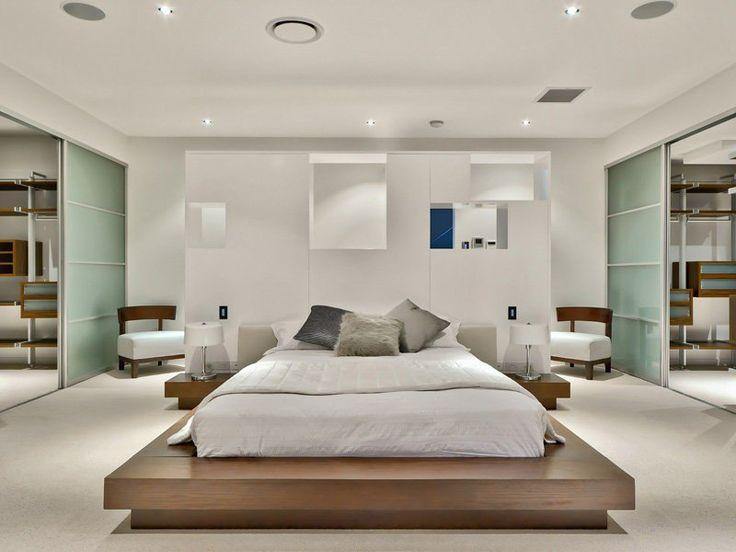 chambre adulte blanche avec un grand lit en bois