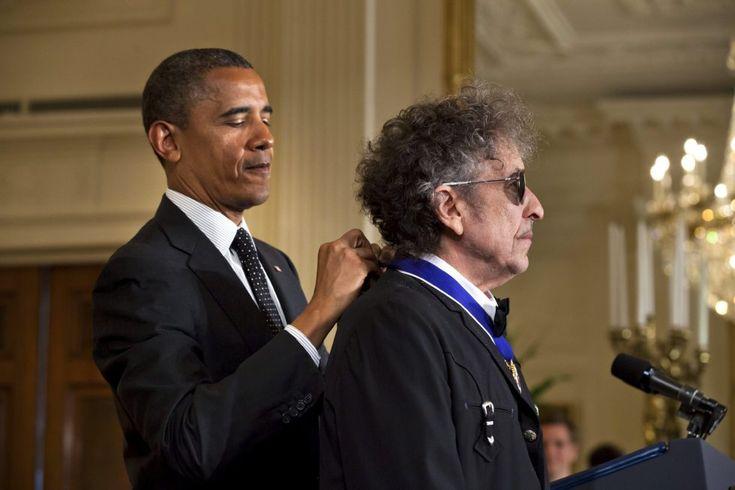 Imagen tomada el 29 de mayo de 2012 que muestra al cantautor estadounidense Bod Dylan recibiendo la Medalla de la Libertad de manos del presidente estadounidense, Barack Obama, en la Casa Blanca.