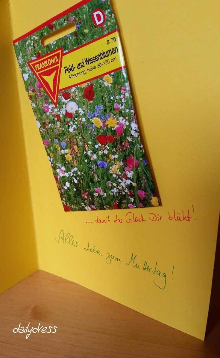Samentütchen bringen nicht nur Wiesen, sondern auch Mutterherzen zum Strahlen - das DIY zu dieser Muttertagskarte zum selbermachen findet ihr hier: http://dailydress.de/003523_muttertag-das-glueck-soll-bluehen/