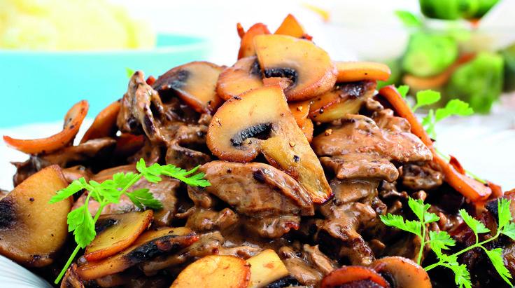 Finnbiff er skiskytter Emil Hegle Svendsens favorittrett. Den pleier skiskytterkokk Eva å lage når de er på samlinger. Et godt tips er å smake til potetmosen med salt til slutt, så den ikke blir for seig - det er også derfor potetene kokes i usaltet vann.    Server finbiffen med gulrøtter, brokkoli eller rosenkål, flatbrød og tyttebærsyltetøy.  Foto: Per-Åge Eriksen/«Gull i munn»/Akilles Forlag.