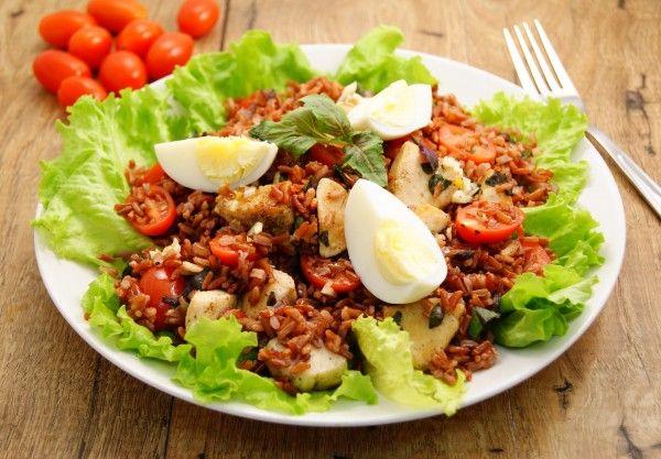 Теплый салат из красного риса с курицей.