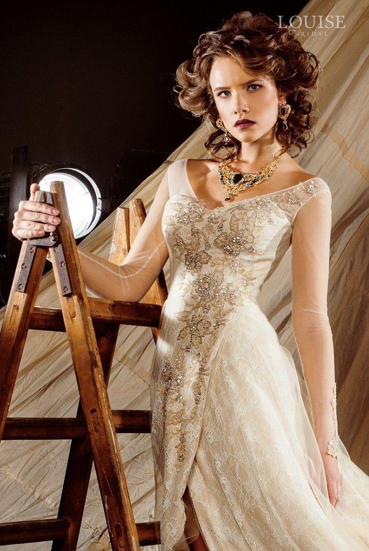 """Одновременно строгое и легкое платье с рукавами из мягкой прозрачной сеточки, создаст необыкновенно роскошный образ невесты. Подол платья соткан из вискозы, переходя в шлейф приоткрывает стройные ноги невесты.Верхняя юбка из тонкого шантильи и ее нижний слой из евросетки. добавят романтизма.Корсет наряда вручную расшит цветочным орнаментом с добавлением """"золотой"""" нити и бисера. #louisebridal #weddingdress #bridal #bridaldress #weddinggown #handmadewithlove #houtecouture #fashion…"""