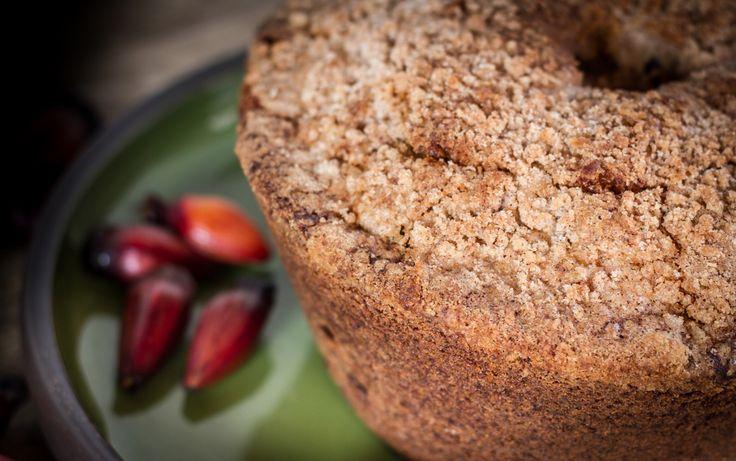 Essa receita de Bolo de Pinhão da tradicional Fazenda Capoava, ganha a cobertura de uma deliciosa farofinha especial que faz toda a diferença.