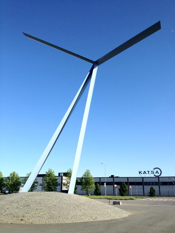 Leonardo - Kimmo Kaivanto (1999). Pirkkahallin edustalla sijaitseva Härmälän lentokentän ja lentokoneteollisuuden muistomerkki, jonka taiteilija Kimmo Kaivannolta tilasi Lentovarikon Kilta ry.