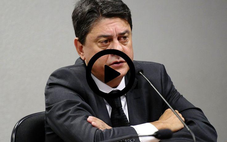 """O deputado Wadih Damous (PT-RJ), que já presidiu a Ordem dos Advogados do Brasil, seccional Rio de Janeiro, publicou um novo vídeo, em que acusou o juiz Sergio Moro, de usar a Polícia Federal como uma polícia política contra seus adversários.    Ele se referia ao caso do blogueiro Eduardo Guimarães, que foi alvo de condução coercitiva e teve seus equipamentos apreendidos, e disse que Moro age como um """"fora da lei"""".    Ele também afirm"""