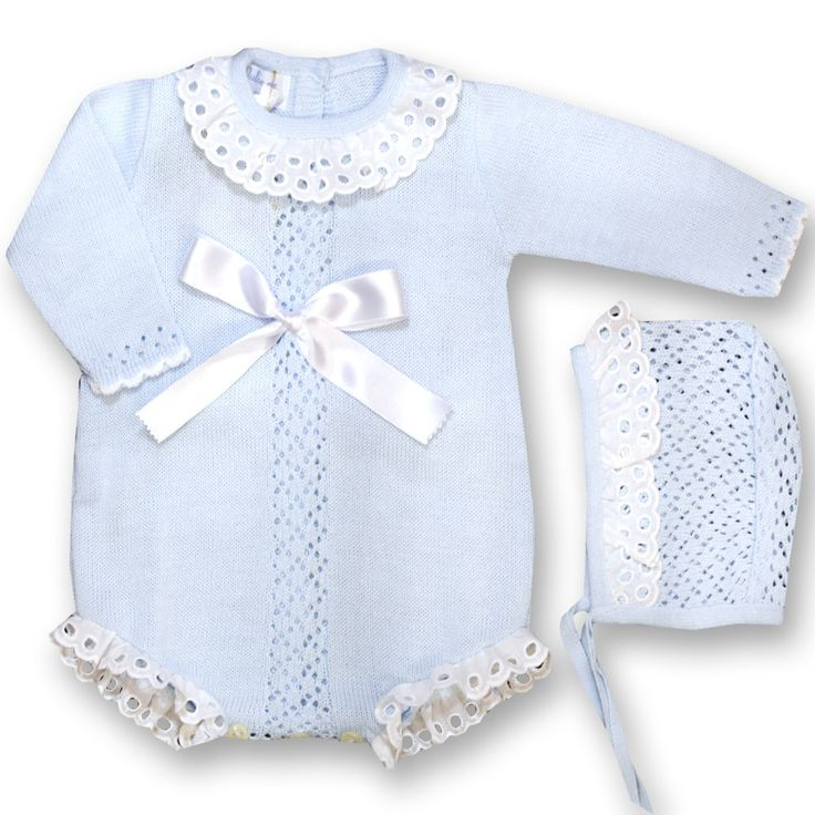 Pelele perle de manga larga con puntilla de bordado inglés y lazo. Incluye capota XX