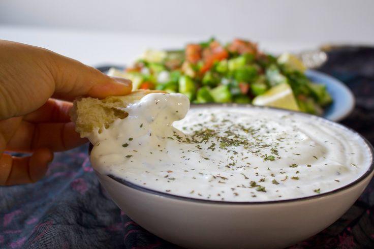 Grymt god yoghurtsås som får sin läckra smak av vitlöken som steks i smör innan den blandas i yoghurten. Ett gott tillbehör till maten, passar även fint som slladadressing eller som yoghurtdipp med bröd. 1 skål afghansk yoghurtdipp 6 dl turkisk yoghurt 1 vitlöksklyfta 10 g smör 1 msk torkad mynta Salt Gör såhär: Hetta upp smöret utan att den bränns vid. Pressa i vitlöksklyftan och fräs allting lite hastigt under omrörning. Blanda vitlökssmöret med yoghurt, mynta och salt. Om du vill ha en…