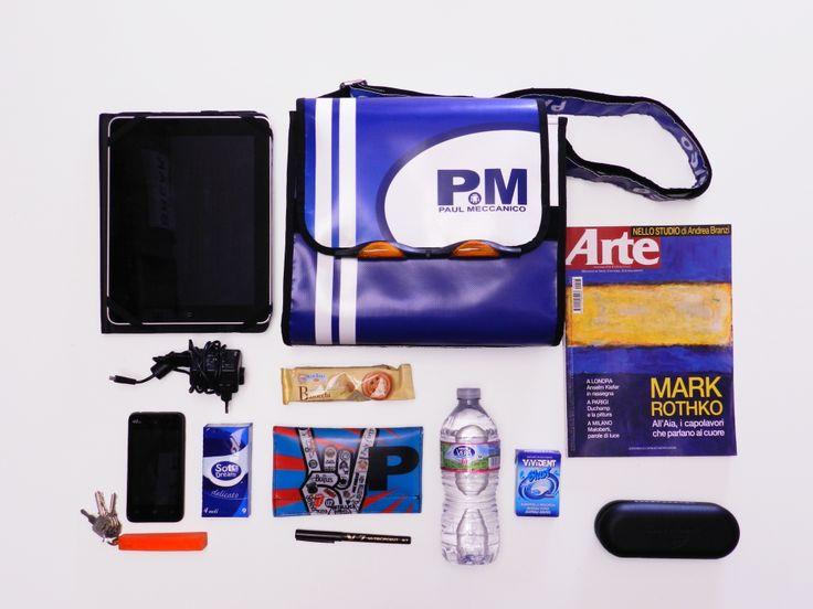 Una tracolla Break di Paul Meccanico può contenere: - tablet; - caricabatterie; - cellulare; - mazzo di chiavi; - fazzoletti; - snack; - portafogli; - penna; - bottiglietta d'acqua; - pacchetto di gomme da masticare; - custodia occhiali; - rivista.