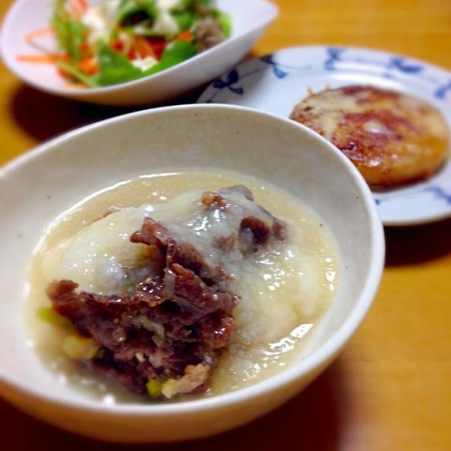 一人ご飯なので、実験的に作ってみました(〃゚艸゚) 優しいお味どす♡長芋をすりおろして煮ると、お餅が溶けたみたいな感じになるんやね〜。おすましのお雑煮のお餅が溶けた、あの感じ。とっても好き( *´艸`)  札幌で買って来たいももちをバター焼きしてとろけるチーズをのせて…お芋だらけ(笑)  サラダのドレッシングは、水切りヨーグルトにおろしニンニクとオリーブオイル塩コショウで。  満足♡ - 57件のもぐもぐ - 牛肉の味噌煮ふわふわ長芋がけ・いももちチーズ・ガーリックヨーグルトサラダ by さちこ(さがねっち)
