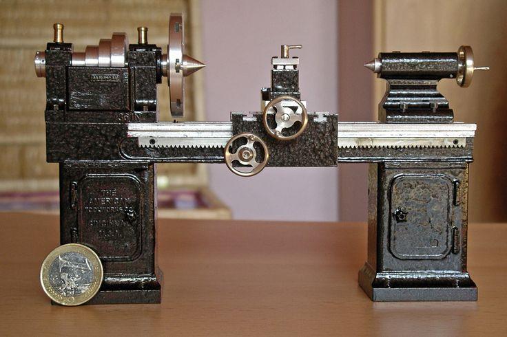 Das ist eine Drehbank Baujahr ca. 1914. Sie ist im Maßstab 1:14,5 Bis auf Zahnstange und Zahnräder alles selbst gemacht.