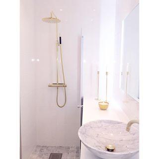 Drömmigt badrum i carraramarmor och mässing. Visning på söndag! #tillsalu #fastighetsbyrån #kungsholmen #sekelskifte #hemnet #hemnetinspo #carraramarmor #kasenberg #nyahemmet #34kvadrat #marble #inredningslisa #skultuna #marmor #mässing #brass #inspohome #inspo #badrum #bathroom #tapwell #stonefactory