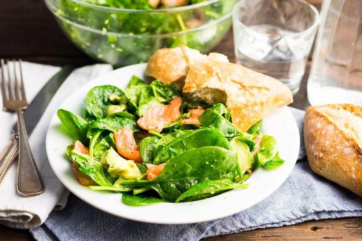 Recept voor spinazie salade voor 4 personen. Met zout, olijfolie, peper, zalmfilet, verse spinazie, stokbrood, avocado en citroen
