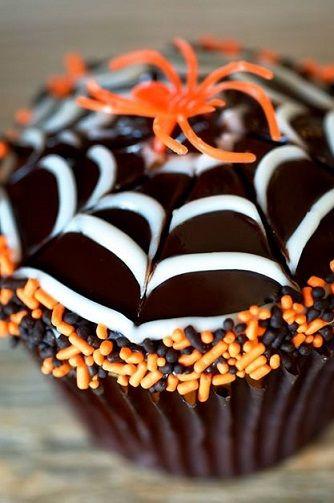 Creative Spiderweb Cupcakes Design #Halloween treat/dessert idea #Spiders | CraftyMorning.com