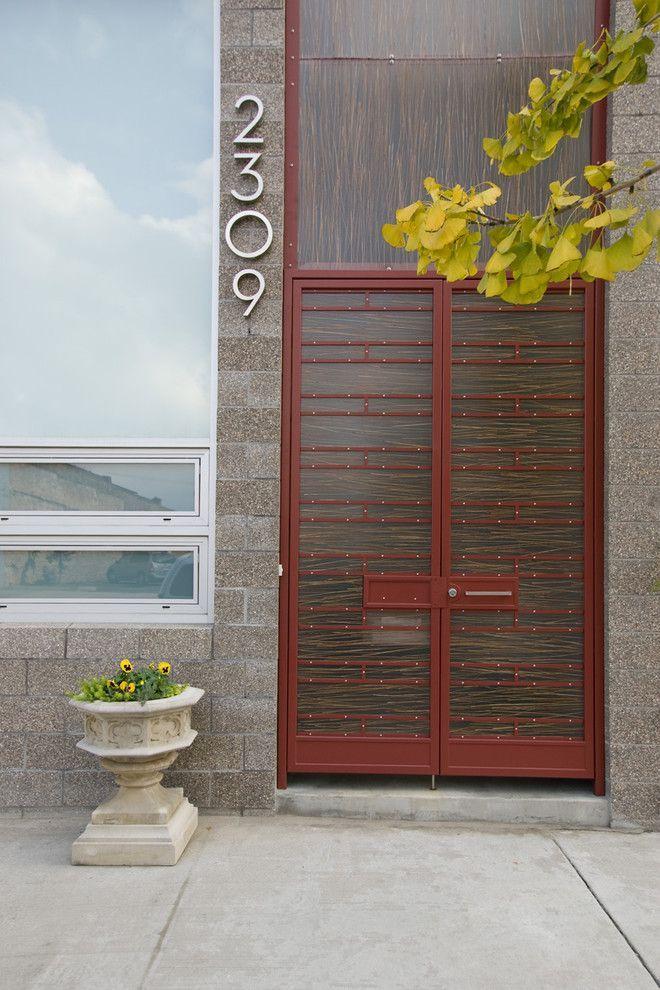 Пластиковые входные двери для частного дома: 70+ стильных и надежных реализаций http://happymodern.ru/plastikovye-vxodnye-dveri-dlya-chastnogo-doma/ Двойные входные двери частного современного дома, одна из которых, пластиковая, является декоративной конструкцией