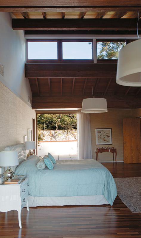 No quarto do casal, a luz também vem da janela criada no teto. Para alocá-la, há um vão entre as águas do telhado (90 cm), que não se juntam numa cumeeira.