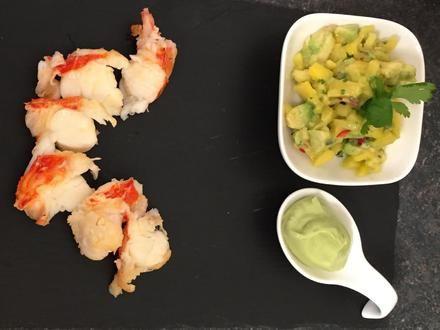 Rezept: Lauwarme Languste auf Avocado-Limettencreme an thailändischem Mangosalat