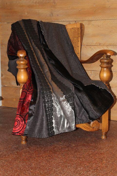 Luxe rood zwarte deken met de hand geborduurd met bling-bling kralen. Maakt de styling van uw woon/slaapkamer af. Gevoerd met een zachte zwarte stof en netjes afgewerkt. maat 1.80 bij 1.50