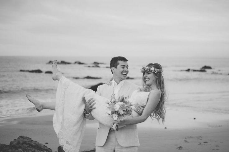 Los lindos Fran y Felipe en Papudo por CyS Fotografía. Corona de flores y ramo en #eucalitpo #lisianthus y #limonium www.cysfotografia.com #flowercrown #weddingbouquet #azahar