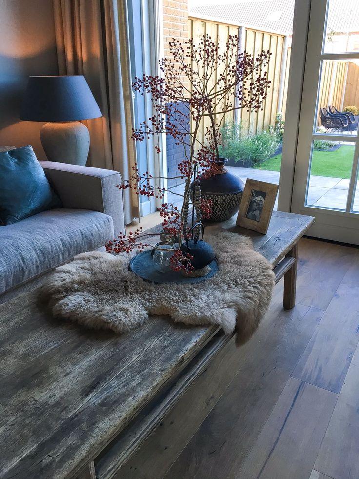 Woonkamer #oudchinesetafel #herfst #home #landelijk wonen #herfsttak #gezelligwonen #sfeer #homeofdutch #houtentafel #houtenvloer #loungebank