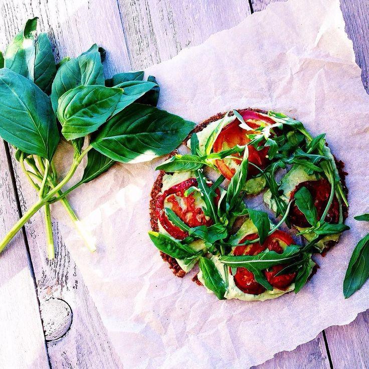 Даже пиццу можно сделать максимально полезной  Убедитесь сами: корж на основе льняного семени моркови и свеклы соус на основе авокадо. Такая пицца не подвергается высокой термической обработке что сохраняет полезные свойства каждого продукта. Съев кусочек вы точно не будете чувствовать угрызения совести. Только польза и легкость   Интересен рецепт? А вам бы какое традиционное блюдо хотелось бы сделать максимально полезным? Мне кажется что можно сделать здоровую и полезную версию чего только…