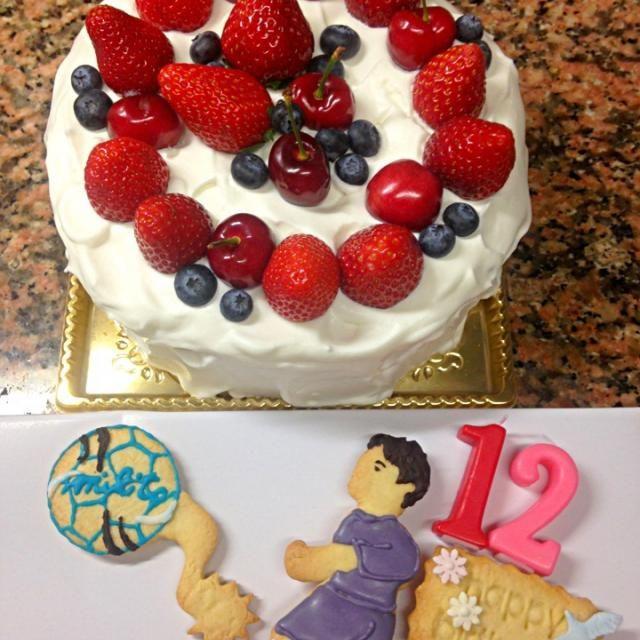 12歳サッカー少年のお誕生日ケーキだよーん おめでとう、リフティング大会出場おめでとう!! バクダンのクッキー型を反対にして蹴ったところがギザギザで、劇画タッチな感じ^_^ このケーキは中は幅広ロールケーキになってます、巻くのも苦労したわあ - 43件のもぐもぐ - バースデーケーキ by stabsweets