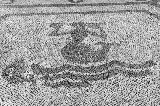 Sereia no empedrado da Praça Luís de Camões, Lisboa (1965). ComJeitoeArte