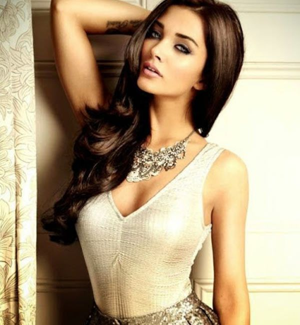 Amy Jackson's mysterious tweet makes her fans wonder if it has anything to do with Rajinikanth's 2.0 or Salman Khan's Dabanng 3 #FansnStars