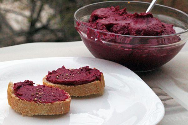 La salsa di rape rosse può essere usata sui crostini, per accompagnare delle crocchette vegetali o come condimento per la pasta.