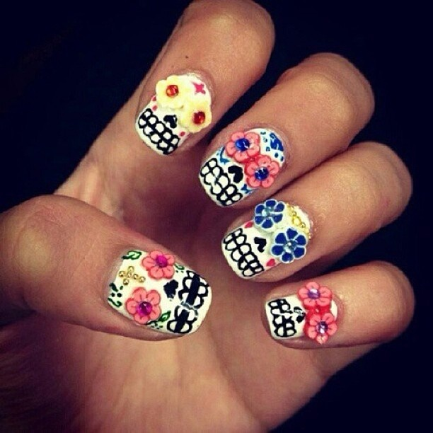 Woah these are neat Sugar skull nails