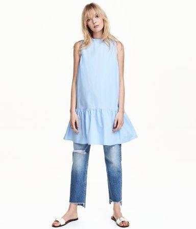Hellblau. Ärmelloses Kleid in A-Linie aus Baumwollpopeline. Das Kleid hat einen schmalen Volantkragen und verdeckte Knöpfe im Rücken. Auf Hüfthöhe eine
