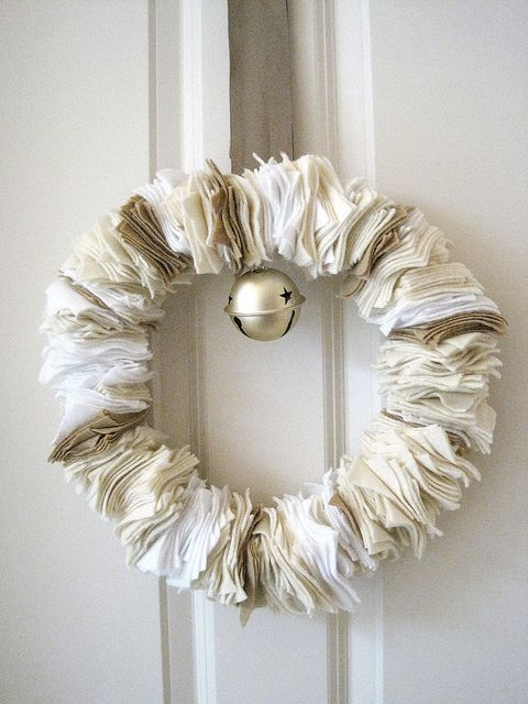Felt wreath http://theinspiredroom.net/2010/12/06/how-to-make-cozy-winter-felt-wreath/
